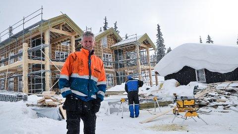 HAGLEBUTUNET: Morten Olsen forteller om stor intersse for leilighetene som nå reises på Haglebutunet.