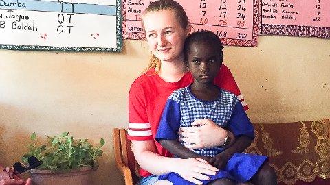 TIl SYKEHUS: Ingvild Bekkeseth (19) sørget for at Bintou (7) kom seg til sykehus, der de fant ut av hvorfor hun nesten har vært døv.