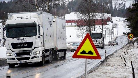 ADVARER: Statens vegvesen advarer nå om mye telehiv og smeltevann som fryser til is på veiene i Midtfylket.
