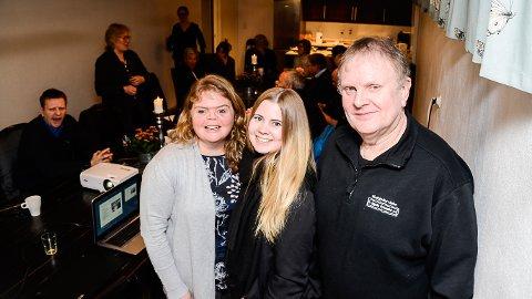 MØBELSUKSESS:  Leder ved Buskerud Næringshage Tone Ranheim (f.v.) er imponert over hva Line Mari Strandbråten, Svein Strandbråten har fått til ved fabrikken i Nedre Eggedal.