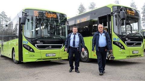KRITISKE TIL RUTEKUTT: Sjåførene Kurt Hansen (t.v.) og Arne Grøterud er svært kritiske til Brakars begrunnelse for å kutte ut busstilbudene i Sigdal og Krødsherad i åtte uker i sommer.
