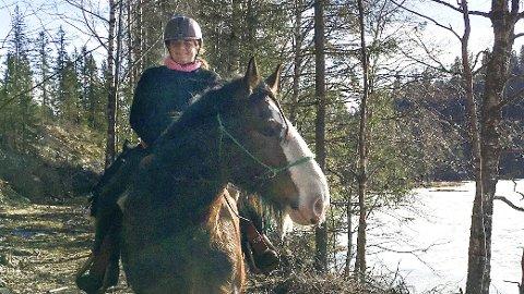 GAMMEL DRØM: Hanne «Høne» Veikåker har alltid drømt om å dra på langtur med hesten. I august saler hun opp og rir skauleis fra Veikåker til Rollag med et stort følge.