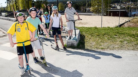 GLEDER SEG: Andreas Aaskjær (f.v.), Fredrik Kristoffersen, Granstad, Frida Marie Halvorsen og Petter Halvorsen, gleder seg til å kunne trikse med sparkesyklene i den ny aktivitetsparken som forhåpentlig vil stå ferdig før sommeren neste år.