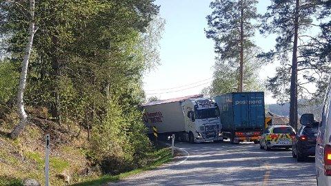 UHELL: En lastebil har kjørt av veien.