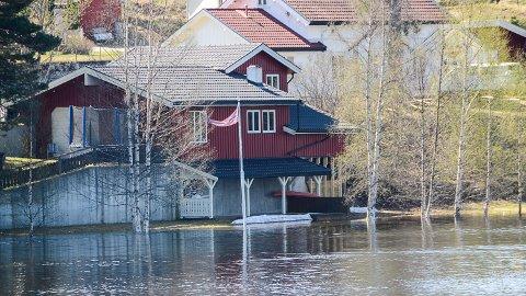 FLOM: Krøderfjorden står allerede helt inn til husveggen ved dette huset i Krøderen sentrum, og prognosene sier at fjorden skal opp enda en meter.
