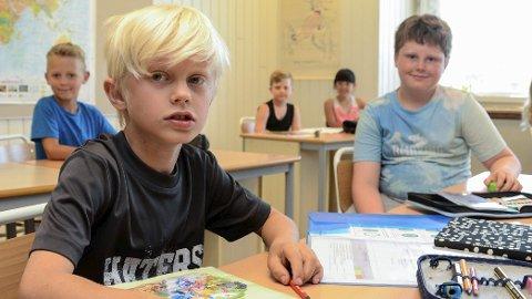 HETT: Sebastian og Jonatan, synes det nå er altfor varmt i klasserommet på skolen.