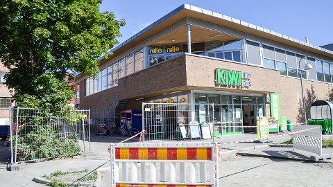 SLÅTT NED: En gutt i midten av tenårene ble mandag kveld slått ned utenfor Kiwi-bygget i Vikersund