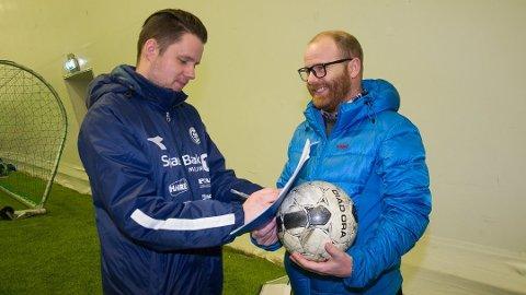 NY JOBB: Stein Ellingsen (t.v.) er ansatt som daglig leder i Modum FK. Her fra signeringen som trener i januar i år.