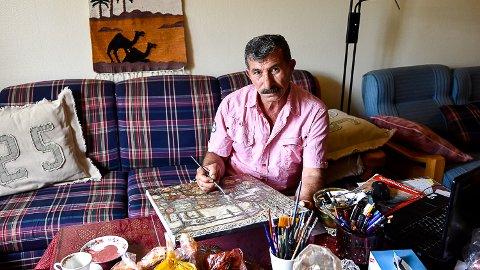 KUNSTNER: To dager i uka vier Abdulrauof Alabdullah seg til kunsten. Han har treårig kunstutdannelse fra Syria.