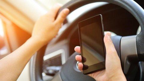 TRUSSEL: Mobilbruk utgjør en stor trussel for trafikksikkerheten. Akkurat nå testes det ut nye smartskilt i England, som blant annet skal avsløre ulovlig nettsurfing.