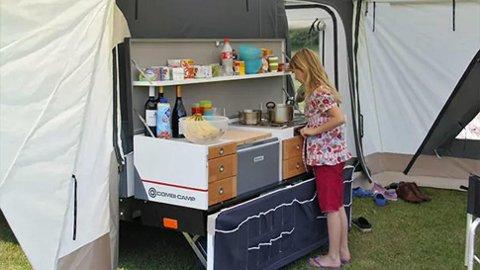 MER PRAKTISK ENN TELT: Kjøkken og smart oppbevaring gir mange fordeler framfor ordinært telt. Brosjyrebilde fra Combi-Camp.
