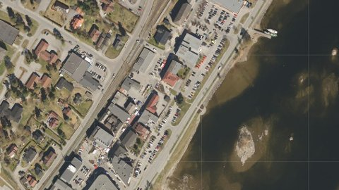 LUFTFOTO: I 1881s karttjeneste er det mulig å zoome seg mye nærmere bebyggelsen i Vikersund sentrum, enn hva vi har gjort her.