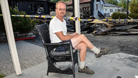 BRANN:  - Det var så varmt at rottingmøblene ved inngangsdøra smeltet, så det er bare flaks at ikke bolighuset også tok fyr i natt, sukker Terje Finnerud.