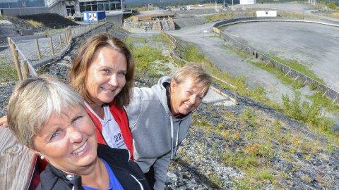 LOVER TRØKK: Gro Kari Skaug (f.v.) Ine Finsrud og Tone Kristiansen, tror det vil koke i hesteskoen i Hoppsenteret når artistene drar igang Back to School-konserten søndag.