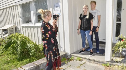 NY KAMPANJE: Nina Djærff (f.v.) tester lysforholdene utenfor Kildehuset, sammen med prosjektleder Tine Hilsen Eggen og psykolog Lars Christian Vold som prøvekaniner. Et nytt fotoprosjekt er på trappene for å fremme at alle kan ha en tung periode i livet.