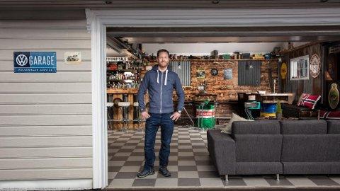 Eystein Ranheim er godt fornøyd med hvordan garasjen har blitt. Det har tatt mye tid og krefter å komme helt i mål.