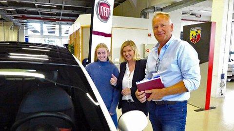 FORNØYDE: Ane og Bente Uglem, sammen med bilselger Svend Dahle hos Autovia i Bærum som leverte ut Fiaten med EV 10000.