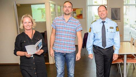 POSITIVT: Lise Granerud i Skatt Sør (f.v.), Henrik Mørch i Sigdal kommune og politikontakt Terje Hoch-Nielsen, er positive til pilotprosjektet som de tror vil være med på å bidra til mindre arbeidskriminalitet.
