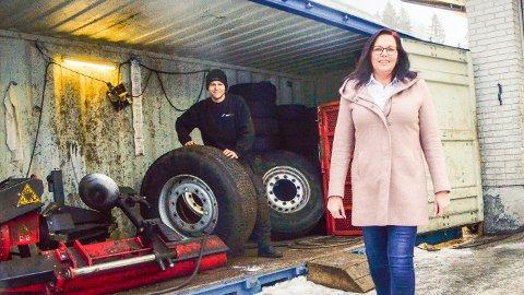 TØFF BRANSJE: - Det er ingen dans på roser å drive betjent bensinstasjon. Skal vi overleve på sikt, må kundene derfor bruke oss mens vi enda er her, sier Mona Tandberg og Kristian Høgmoen, ved YX- stasjonen i Geithus.