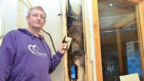 AVVERGET STORBRANN: - Det var i dette el-anlegget det tok fyr, og hadde jeg ikke fått slukket brannen før brannvesenet kom til stedet, kunne det fort ha gått helt galt, sier Grimestad.
