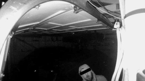 AVBILDET: Kameraet i garasjen i Hokksund fanget opp innbruddstyven natt til mandag.