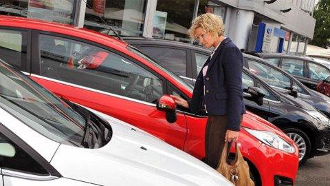 Kvinner er bedre til å undersøke før de kjøper bil. De legger også mer vekt på å ha kontrakt, enn det menn gjør. Resultatet av dette er også at de er mer fornøyd med handelen i etterkant.
