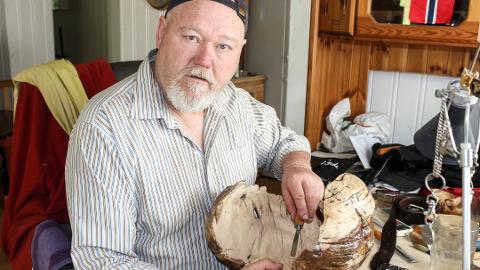 BRANNOFFER: Øyvind Thomassen (63) fra Drolsum mistet huset sitt i brann i dag. Bildet ble tatt i sommer da Bygdeposten skrev om Thomassen og hans hobby som treskjærer.