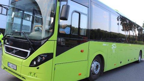 BER OM FLERE BUSSER: Modum kommune vil be om at det settes opp flere busser på strekningen Hokksund - Vikersund - Hønefoss - i hvert fall på de tidene skoleelever skal til og fra skolen.