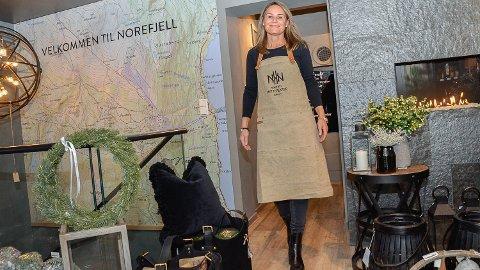 NY BUTIKK: Tredje juledag kunne Linda Nore ønske velkommen inn ved Norefjell Hyttesenter. - Målet er å være et kraftsenter, som tilbyr alt fra kortreist mat og gaveartikler, til hytter og hyttetomer, sier smiler Nore.