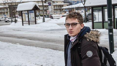 FRAKJØRT: - På grunn av manglende korespondanse, skjer det stadig at bussen til Sigdal har kjørt når jeg kommer til Åmot, sier Daniel Christensen Da må han vente i to timer på ny buss hjem til Solumsmoen.