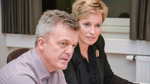 KUTTER FORBINDELSEN: Rådmann Jostein Harm er ikke i tvil om at de kommer til å få mye bedre IKT-tilbud i Kongsberg enn i Modum. Ordfører Tine Norman og de øvrige politiukerne var da heller ikke i tvil. De ville kutte kabelen til Modum.