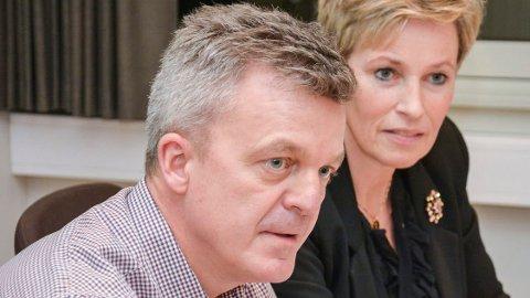 BUDSJETTGLIPP: Rådmann Jostein Harm i Sigdal sier at det er beklagelig at budsjettfeilen ikke ble oppdaget i høst. Her er han sammen med ordfører Tine Norman.