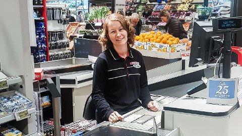 Hyggelig: Anne Jorunn Myren er en av 18 kandidater i finalen om tittelen som «Norges hyggeligste kassadame».