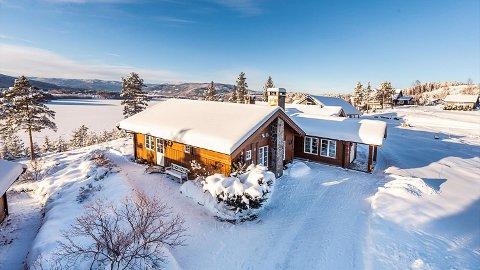 NY PRISREKORD: Nedre Rikhaugen 42 på Krøderen er lagt ut for salg til 5,9 millioner kroner. Blir eiendommen solgt for dette, vil det være ny prisrekord for en enebolig i Krødsherad.