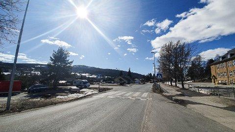 FORKJØRSVEI: Stalsbergveien skiltes nå om til  forkjørsvei, så heretter må alle som kjører inn på veien, vike for all annen trafikk på fylkesveien.