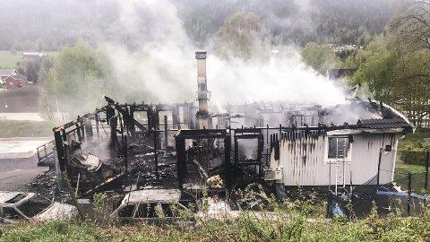 BRANN: Brannvesenet rykket raskt ut etter melding om brann i dette huset på Nerstad i Sigdal, men de klarte likevel ikke å redde huset fra flammenes herjinger.                                                                                                             Foto: Privat