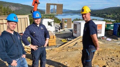 UTSIKT: Helge Nerum, Gunbjørn Vidvei og Rolf Hagajordet kunne tirdag morgen se at det første bygget i Sandsbråten Panorama reise seg med utsikt mot Andersnatten.