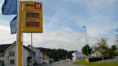 """DRIVSTOFFPRISER: Tirsdag formiddag """"sparte"""" kundene nesten fem kroner literen på å fylle diesel ved Uno-X  Vikersund, framfor andre bensinstasjonene i Modum."""