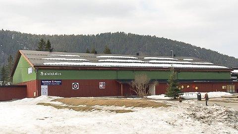 LEKKER: 40 år etter Sigdalshallen ble bygget på dugnad, har taket gjort sitt og det holder ikke vannet ute. Nedre Sigdal Idrettforening må derfor legge nytt tak innen neste vinter.