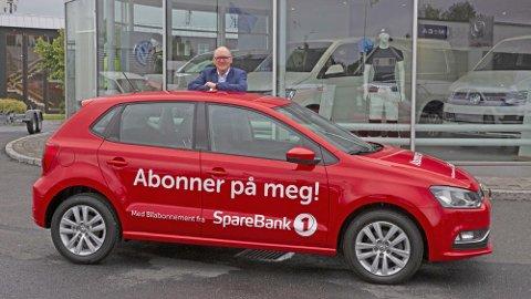 Den aller første abonnementsbilen fra SpareBank 1, en Volkswagen Polo, ruller i disse dager ut på norske veier. På bildet: Svein Skovly, prosjektleder for Bilabonnement fra SpareBank 1.