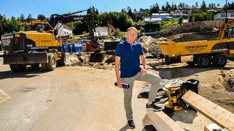 FORNØYD: Grunnarbeidene ved Solsiden er i full gang, og Per Buxrud i Eie-Eiendom er godt fornøyd med at over halvpartene av leilighetene allerede er solgt.