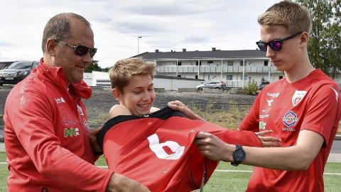 Nye drakter: – Her har du nierdrakta du ønsket deg, sier VIFs hjelpetrener Leif Arne Berget (til v.) og trener Torbjørn Ingvoldstad til Sjur Florholmen (14).