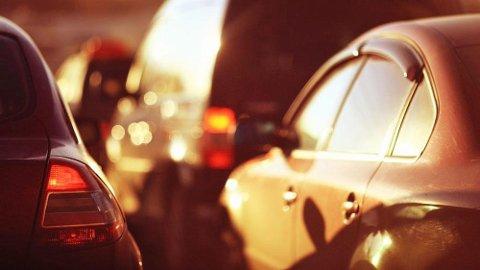 Det er sommer det sol og det er varmt. Farlig varmt inne i en bil.
