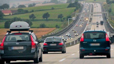 Å dra på utenlandsferie med tunglastet takboks kan være et sjansespill. Hvert år skjer det mange skader med takboksene, det er også viktig å huske at bilens kjøreegenskaper blir endret.