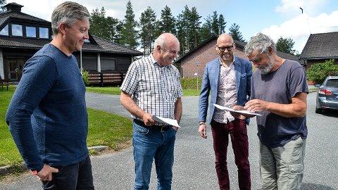 BREDBÅND: Ordfører Gustav Kalager (t.h.) finleser her Krødsherads brebåndskontrakt med Midtkraft Strøm, før signeringen. Sammen med Stian Engen (f.v.), John-Arne Haugerud og Stig Rune Kroken.