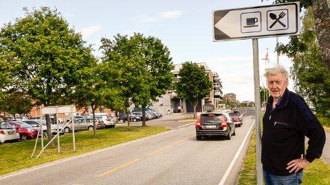 ETTERLYSER SKILT: Det er riktignok kommet opp et skilt som dette, men det sier ingenting om at det er veien inn til Vikersund sentrum, sier Hroar Fossen, leder i Vikersund Vel.