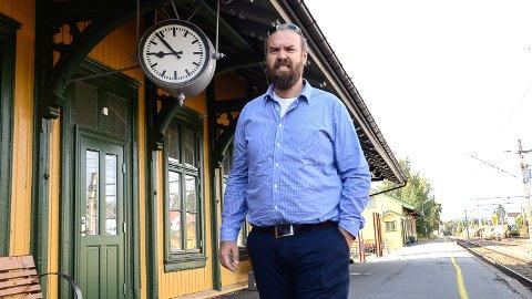 FOR DYRT: - Når det koster en familie på fem 1.400 kroner med tog tur/retur Hokksund-Lillestrøm, er det noe alvorlig galt med Vys prispolitikk, sier Per Rune Grønhovd (H)