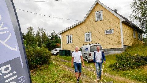 RIVES: - Den gamle bebyggelsen på tomta her i Geithusveien blir revet og i løpt av høsten håper vi å starte opp byggingen av det tre første boligene, sier Brandtenborg (t.v) og Blekkerud.