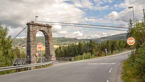 FORKJØRSVEI: I forbindelse med at Stalsbergveien blir forkjørsvei, fjernes stoppskiltene ved Nybrua i Geithus.