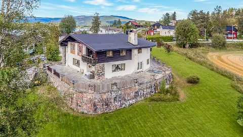 TIL SALGS: Det særegne Tyrolerhuset på Krøderen er lagt ut for salg med en prisantydning på 3,7 millioner kroner.